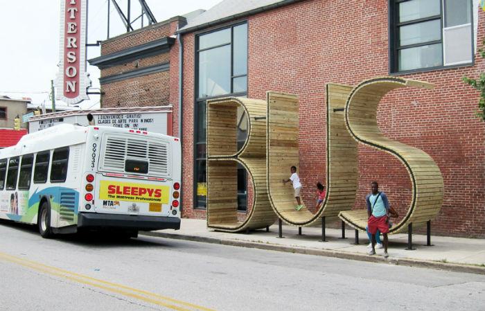 Творческое объединение из Испании с оригинальным названием  mmmm… представило на одной из центральных улиц Балтимора (штат Мэриленд, США) проект удивительной автобусной остановки
