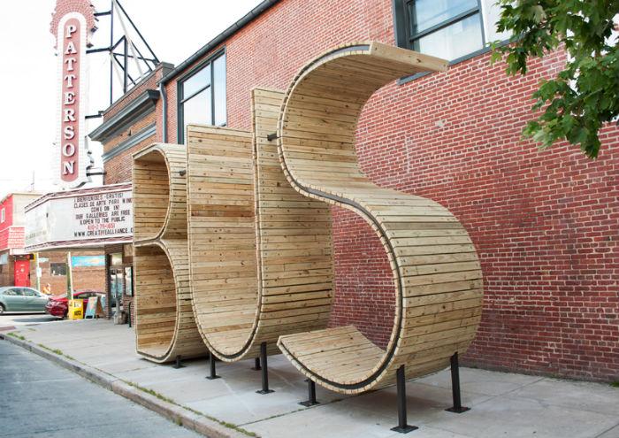 Установка высотой чуть более четырёх метров собрана из дерева и стали – материалов, которые обычно используются для создания городской мебели