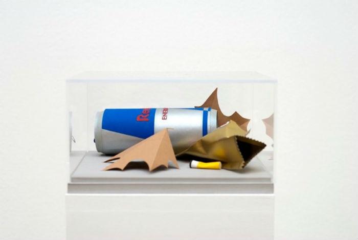 Среди объектов, выбранных Фишер для точного воссоздания, можно обнаружить пачки сигарет известных марок, банки из-под энергетических напитков, коробки и многое другое