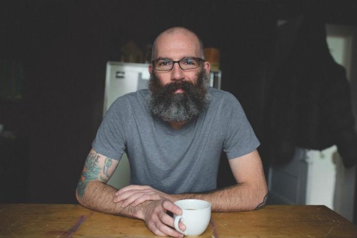 Кит Андерсон демонстрирует свои татуировки