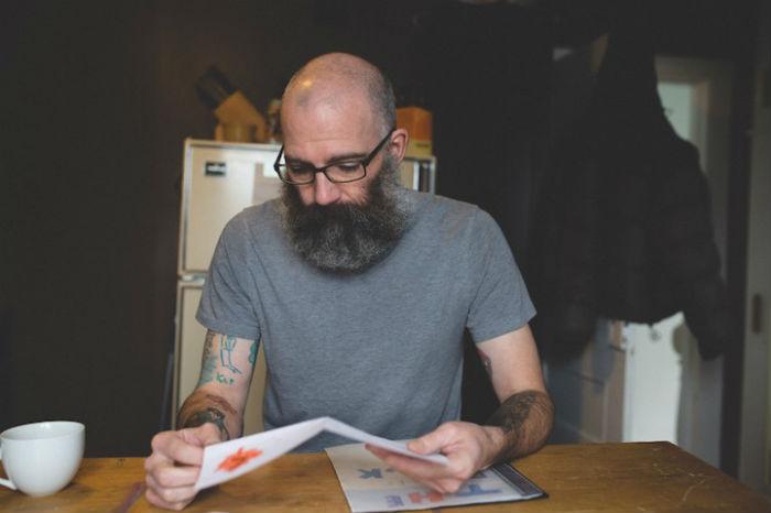 В течение последних семи лет Кит Андерсон наносит на руки перманентный боди-арт по рисункам сына