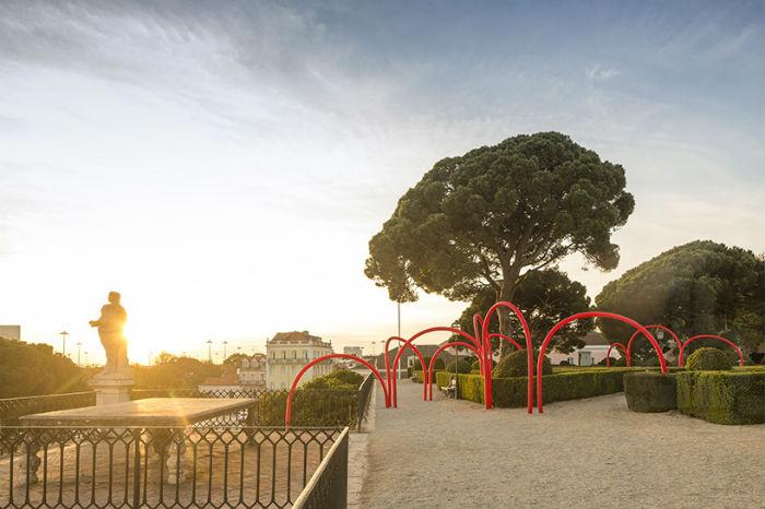 Специалисты португальского архитектурного бюро LIKEarchitects установили в парке бывшей президентской резиденции Лиссабона световую инсталляцию Сonstell.ation
