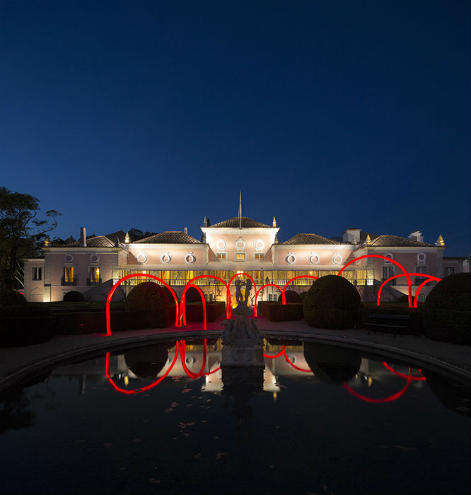 Особенно эффектно арочные своды из гофрированных трубок смотрятся в вечернее время,  когда  включается встроенная светодиодная иллюминация