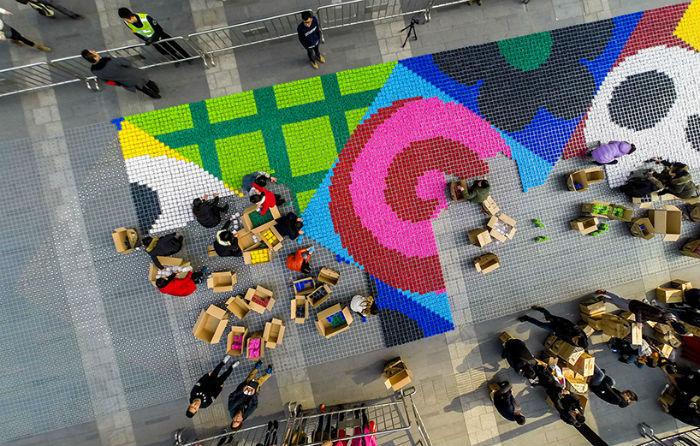 Необычный ковёр из тринадцати тонн конфет показали в Китае