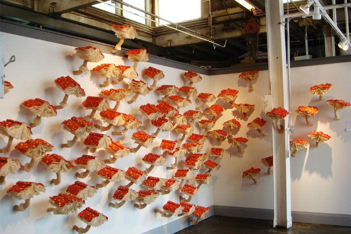Таинственная инсталляция из 99 книг-мухоморов