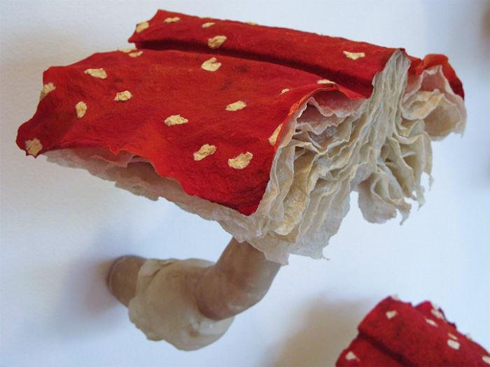 Главными героями инсталляции этой американской художницы выступили грибы, а точнее, грибы-книги