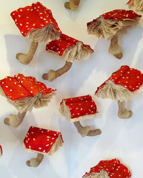 Установка Крейг представляет собой 99 книжек-мухоморов, неспешно «обживающих» одну из стен художественной галереи
