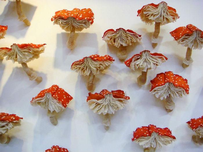 Необычные грибы-книги в инсталляции Мелиссы Крейг