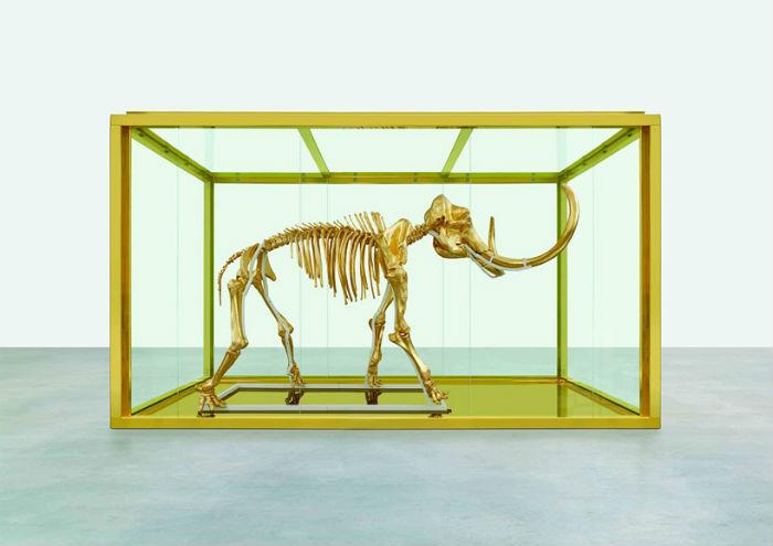 Знаменитый английский художник Дэмьен Хёрст создал позолоченный скелет шерстистого мамонта