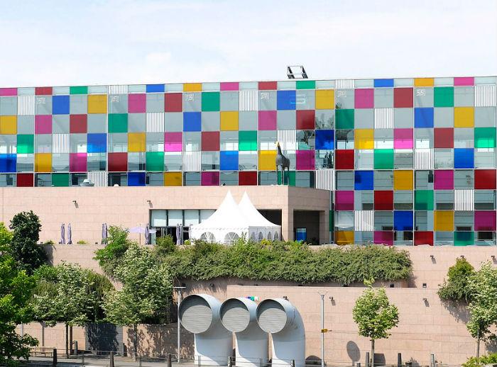 При помощи тонированной плёнки, прикреплённой непосредственно  к стёклам, художнику удаётся «оживить» здание
