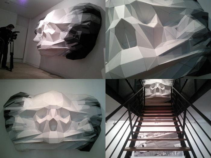 Художник  использует необычную технику окраски, благодаря чему скульптура приобретает интересный объем