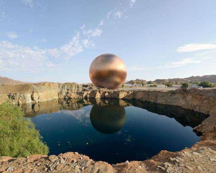 Огромные медные сферы на фоне южноафриканских пейзажей в фотопроекте For what it's worth