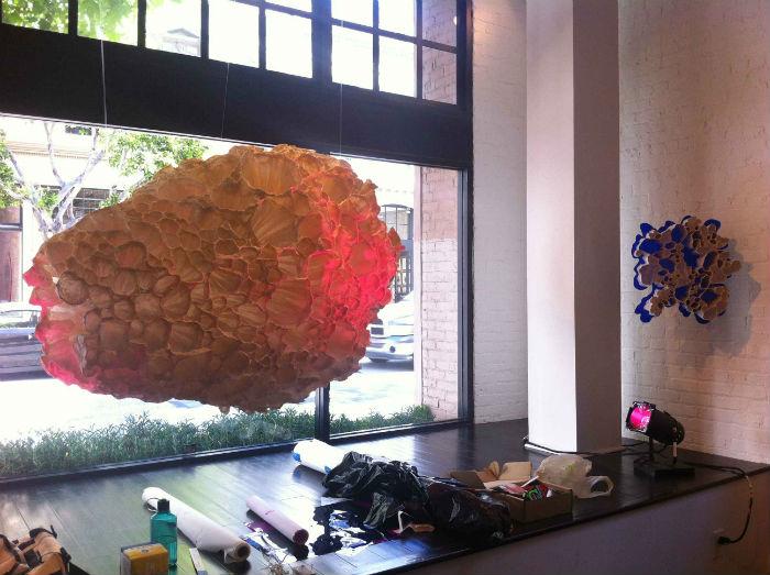 Некоторые работы художницы напоминают соты гигантского улья, другие – жителей подводных глубин