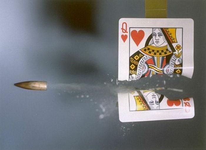 Знаменитый снимок Эджертона Пуля, прорезающая карту