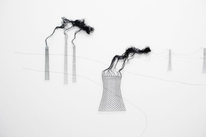 Художница Элоди Антуан (Elodie Antoine) использует в своей работе всевозможные нити, отрезы тканей, обои и даже ковры