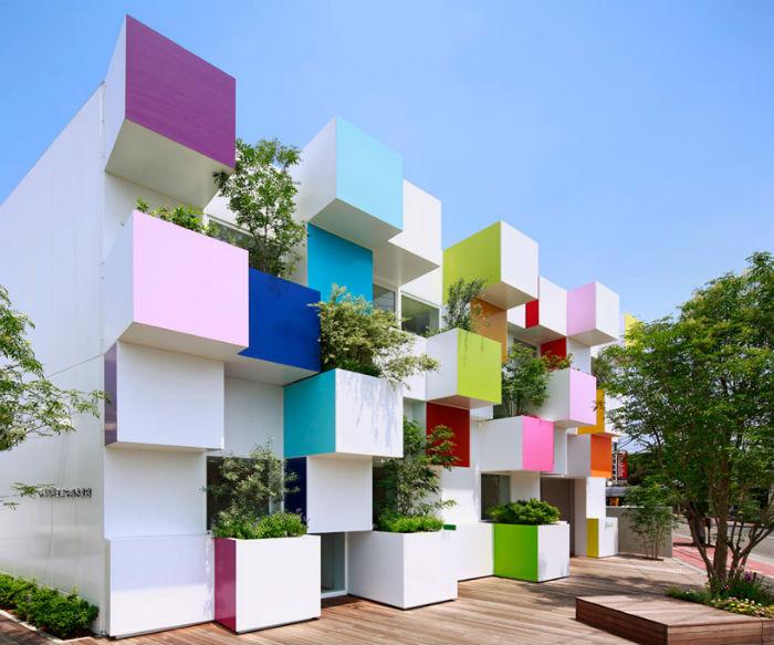 Радужный банк в центре Токио от французского дизайнера
