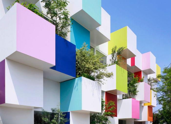 Радужные кубы-балкончики служат одновременно миниатюрными подвесными садами