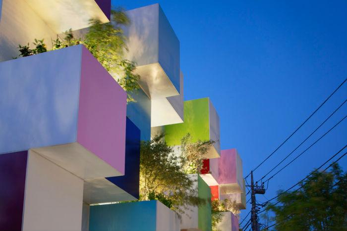 Двенадцать подвесных балкончиков-садов изменяют  внешний вид в зависимости от времени года