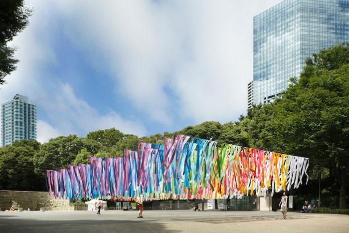 Красочная подвесная инсталляция под открытым небом