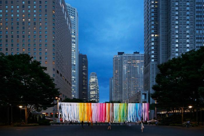 Инсталляция 100 colors в вечернее время