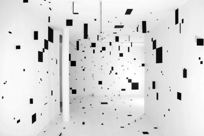 Художница использует лаконичные геометрические линии для создания у зрителя устойчивого ощущения глубины
