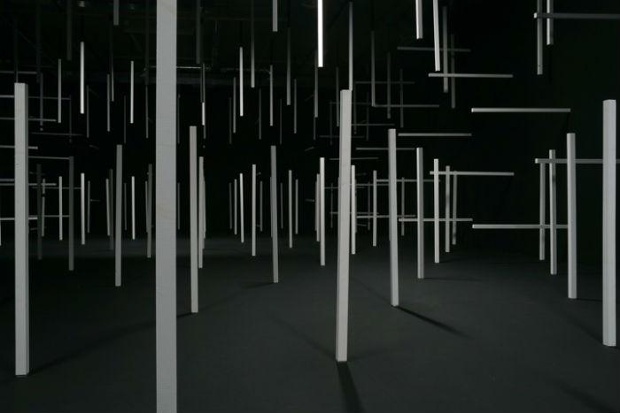 Художница Эстер Стокер (Esther Stocker) – создатель особой пространственных инсталляций из блоков и полос черного цвета
