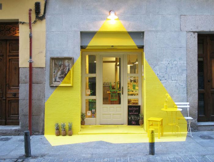 Команда дизайнеров и независимых архитекторов из Испании FOS украсила фасад дома на одной из мадридских улиц эфемерной «световой» инсталляцией FOS