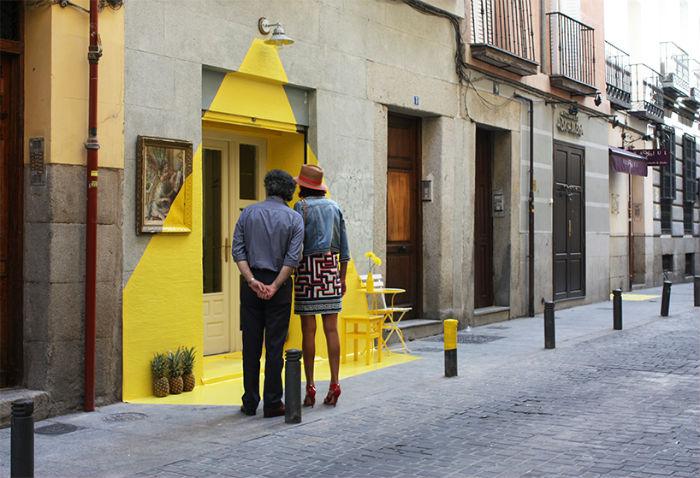 Название инсталляции Fos, кстати, полностью совпадающее с названием испанского коллектива, переводится с каталанского языка как «расплавленный», с греческого же, оно переводится как «свет»