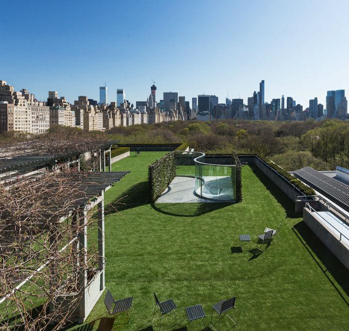 Известный американский скульптор Дэн Грэхам представил на крыше нью-йоркского Метрополитен-музея свою новую работу