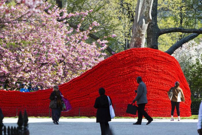 Жизнеутверждающая инсталляция американской художницы в общественном парке на Манхэттене
