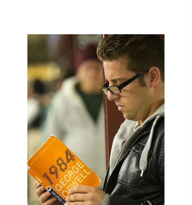 Из всего отснятого материала вырисовывается интереснейший социальный портрет читателя из американской подземки