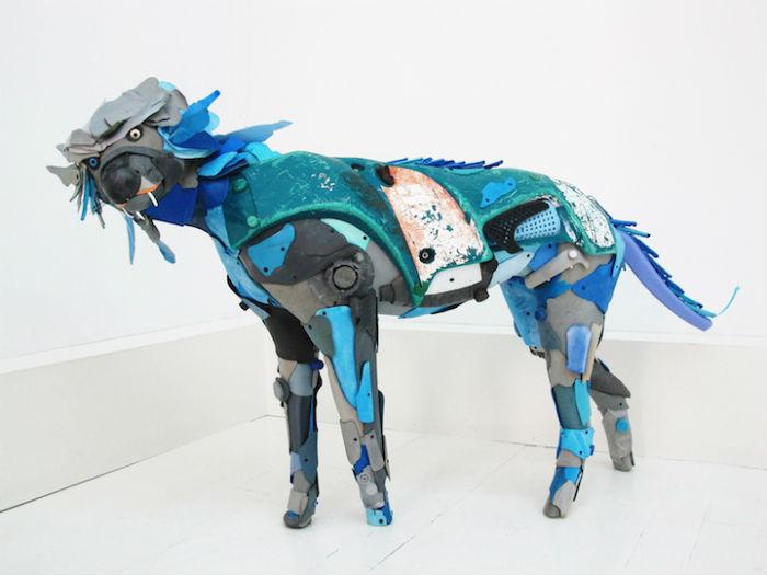 Художник создаёт любопытные скульптуры из вынесенного на берег пластикового мусора
