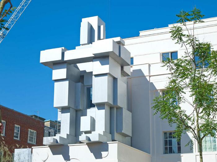 ROOM (КОМНАТА) - монументальная фигура с секретом от британского скульптора