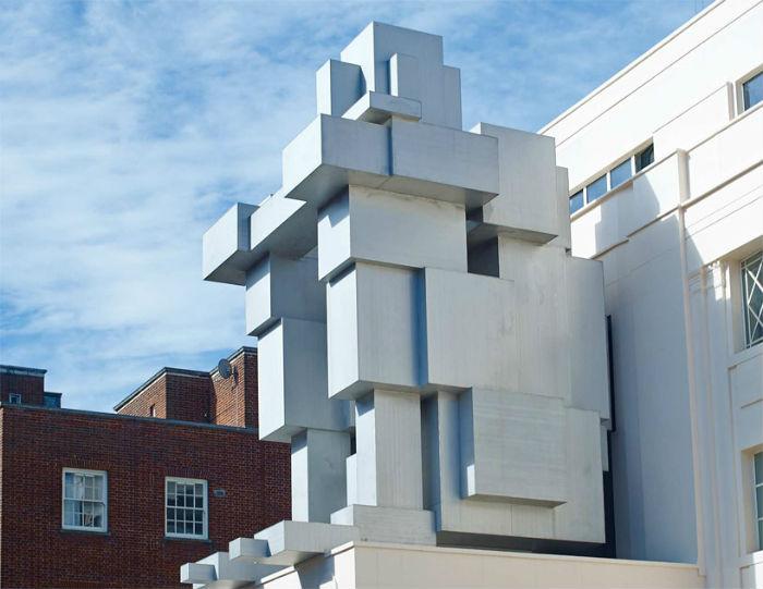 Скульптура ROOM расположена на главном фасаде фешенебельного лондонского отеля Beaumont