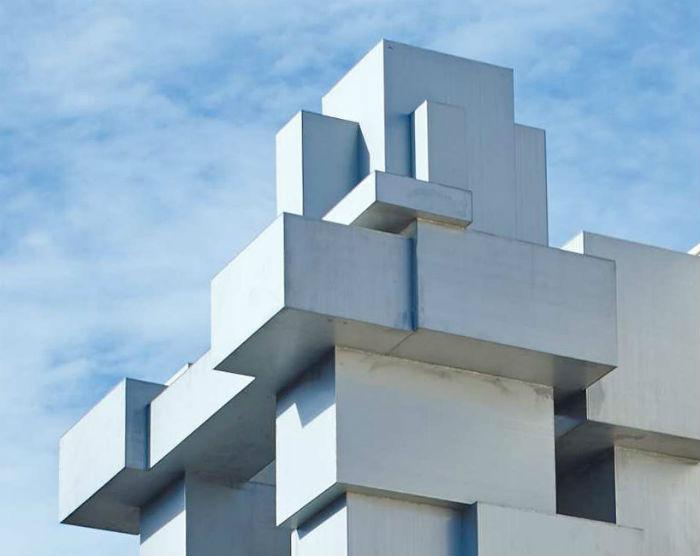 Фигура стального гиганта, будто составленного из кубиков Lego, на самом деле,  лишь оболочка