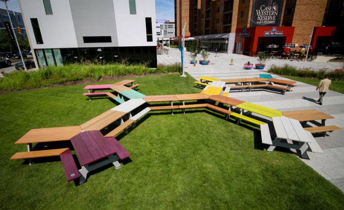 Новая масштабная скульптура мастера «Большой пикник» (The great picnic) предлагает зрителям иначе взглянуть на городское пространство.