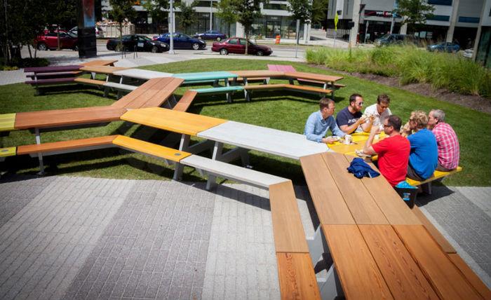 Инсталляция The great picnic обыгрывает беззаветную любовь американцев к дружеским и семейным посиделкам с лёгкими закусками и барбекю.