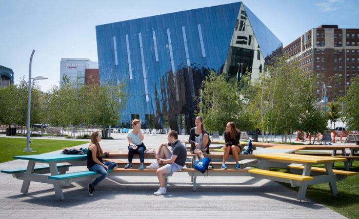 Установка удачно вписалась в пространство – она располагается на площади возле кливлендского Музея современного искусства .