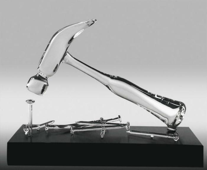 Знаковая скульптура художника Hammer and Nails («Молоток и гвозди»)