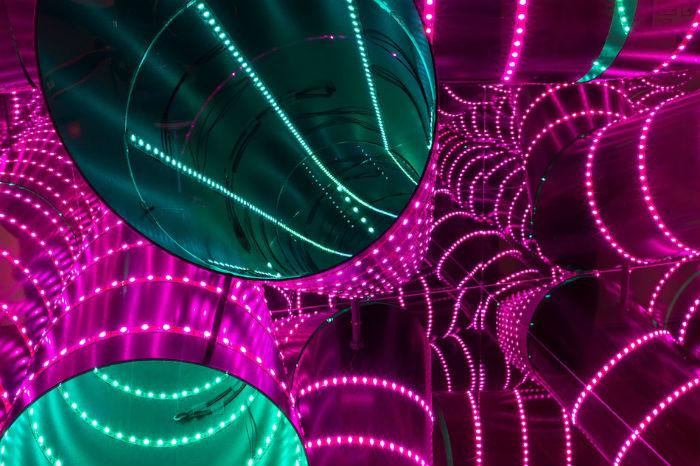 Зеркала, светодиоды, стекло и металлические конструкции, которые использует Коттер, пребывают в потрясающей гармонии друг с другом
