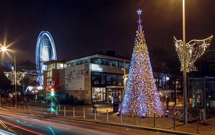 Рождественская ель, собранная из пяти тысяч брёвен, установлена в центре Будапешта