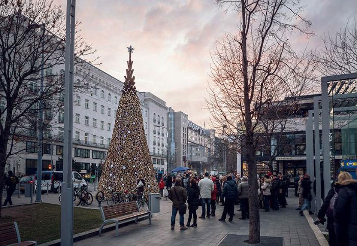 Нетривиальная предрождественская инсталляция Charity Tree в Будапеште