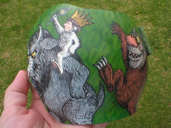 Шлемы с забавными рисунками, репродукциями известных картин и весёлыми надписями от Полы Строн