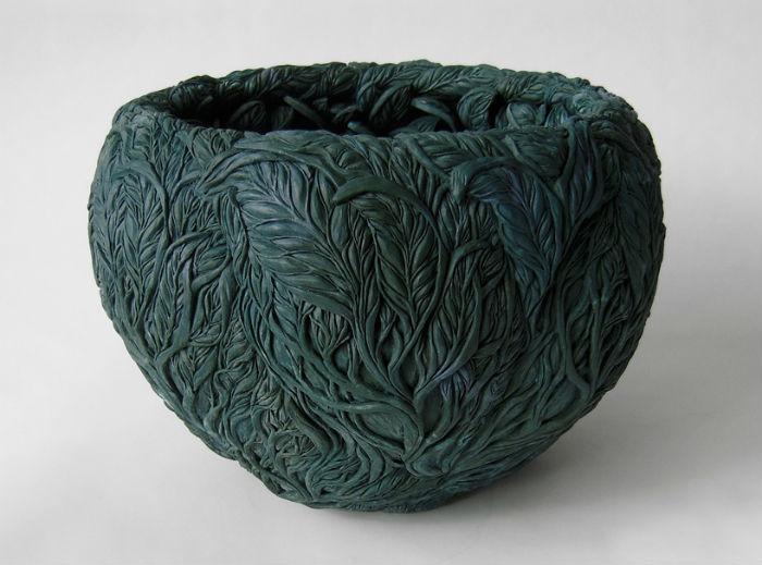 Хитоми Хосоно прославилась благодаря изготовлению изысканных и сложных фарфоровых скульптур, имитирующих природные формы