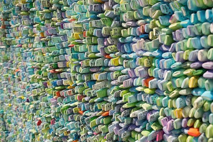Ким называет бумажные трубочки «семенами» – действительно, плотно подогнанные друг к другу, свёрнутые рулончики чем-то напоминают семена растений