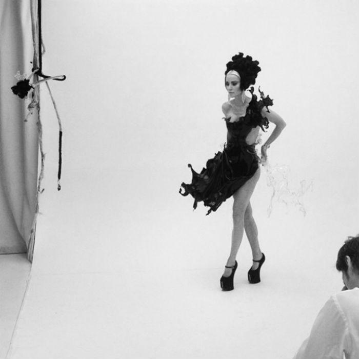 Приглашённая модель Дафна Гиннес (Daphne Guinness) с удовольствием участвует в проекте