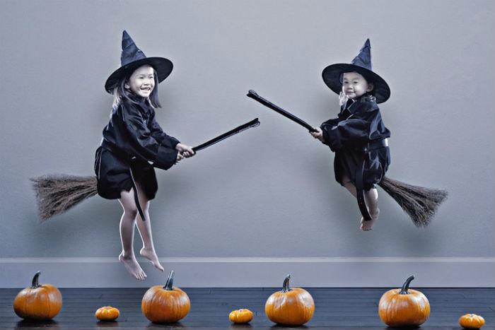 Сестры в костюмах на Хеллоуин