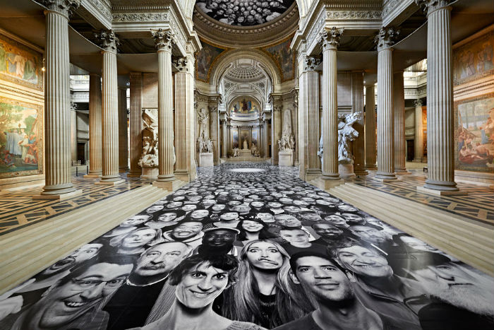 Огромные коллажами, собранные из пятисот фотопортретов, украсили  один из важнейших исторических памятников Франции