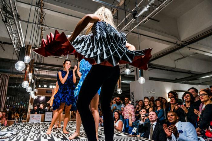 Модный показ одежды от немецкого дизайнера Юле Вайбель