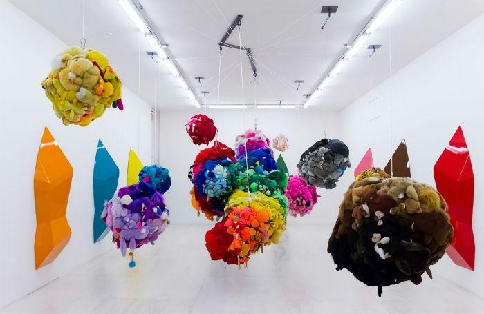 Подвесная скульптура из мягких игрушек от Майка Келли